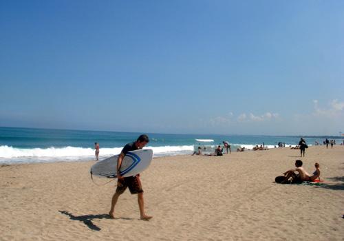 064クタビーチでサーフィン.jpg